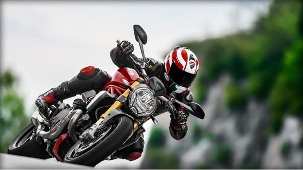 Ducati Monster 1200S-8