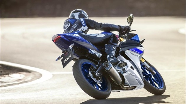2015-Yamaha-YZF-R125-EU-Race-Blu-Action-008